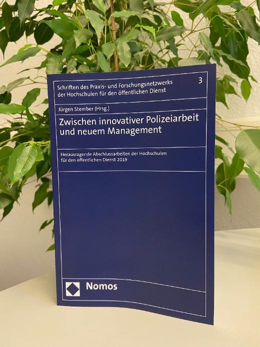 Anfang April ist der nun erste Band zur Prämierung hervorragender Abschlussarbeiten im NOMOS-Verlag veröffentlicht worden. Der Band beinhaltet insgesamt 17 in den jeweiligen Hochschulen bereits vorgeschlagene Abschlussarbeiten in einer ca. 20seitigen Zusammenfassung.